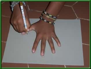 paso 1; delinear la mano sobre el fommy