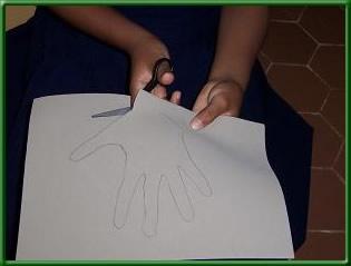 paso 2; cortar la mano trazada en fomy