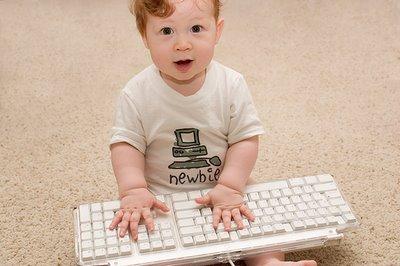bebe teclando en un computador