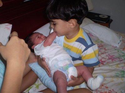 Niño cargando nuevo integrante de la familia