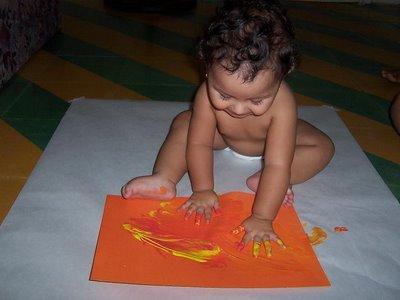 Tecnica dactilopintura con una niña de un año