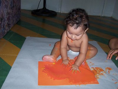 Niña Pintando con sus dedos y manos
