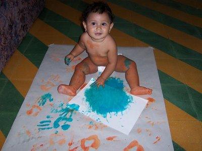 arte en preescolar actividad dactilopintura con niña de 1 año
