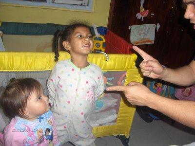 Padre disciplinando a sus hijas