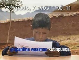 leyendo en quechua idioma indigena peruano