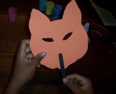pegar palo de paleta detraz del molde de la mascara