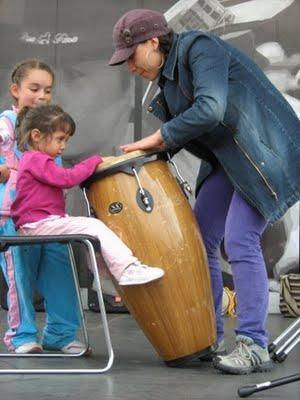 Niña pequeña tocando el tambor