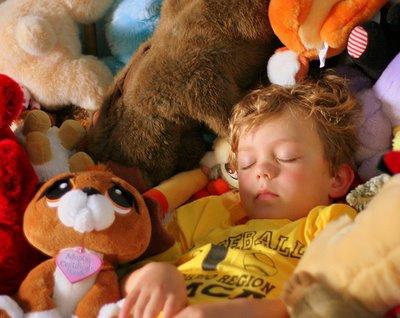 Niño durmiento con juguetes