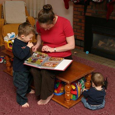 Mama enseñandole a sus hijos