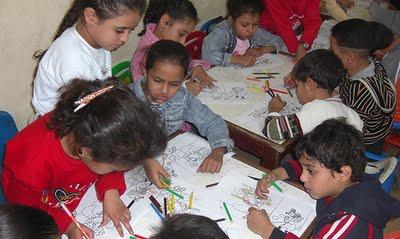 Niños disciplinados trabajando en clase