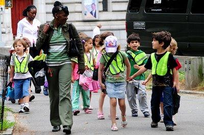 profesora llevando a niños a un paseo