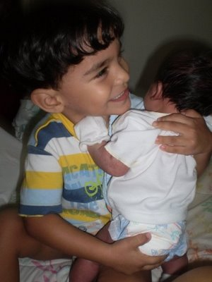 niño sacandole los gases a su hermanito